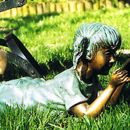 Escultura de bronce niña leyendo