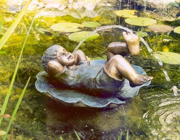 Escultura-fuente niño